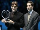 Roger Federer recibe el trofeo que le acredita como número 1 del año