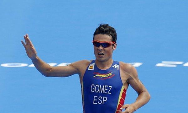 Javi Gómez Noya cruzando la meta en segunda posición
