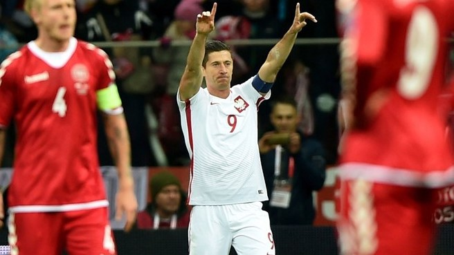 El polaco Lewandowski logró tres goles ante Dinamarca