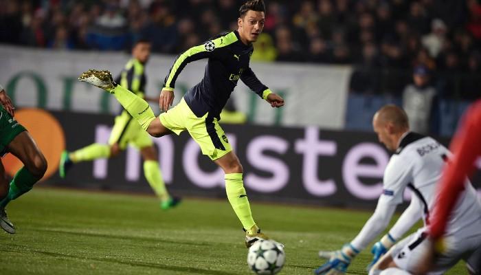 El Arsenal remontó en Bulgaria con un golazo de Ozil