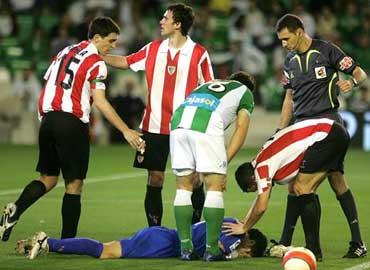 Armando recibio un botellazo en el partido frente al Betis
