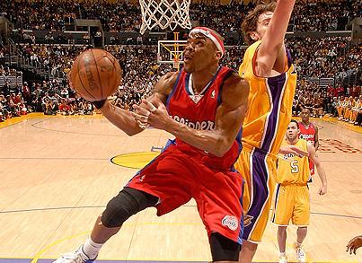 Maggette entra a canasta ante Gasol en el Lakers-Clippers