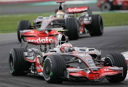 Los McLaren son sancionados en Sepang