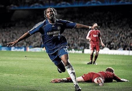 Drogba dio el pase al Chelsea con dos goles