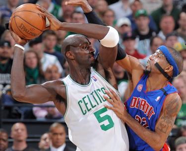 Garnett y Hamilton en el segundo partido de la serie entre Celtics y Pistons