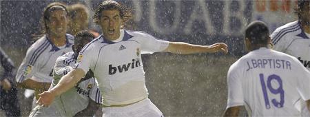 El Pipita Gonzalo Higuain dio con su gol al Madrid la Liga ante Osasuna