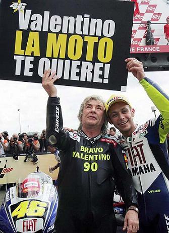 Rossi da un homenaje a Angel Nieto tras su victoria 90