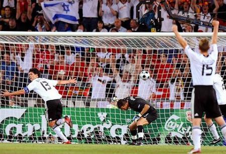 Michael Ballack consiguió un gol en el partido que dio el pase a semifinales a Alemania ante Portugal