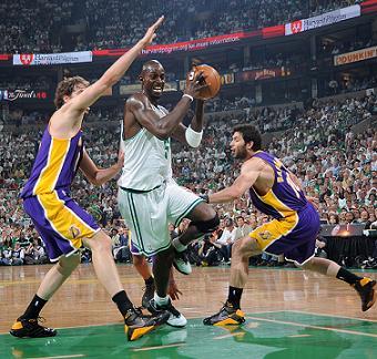 Garnett y Gasol en el primer partido de la final NBA entre Lakers y Celtics