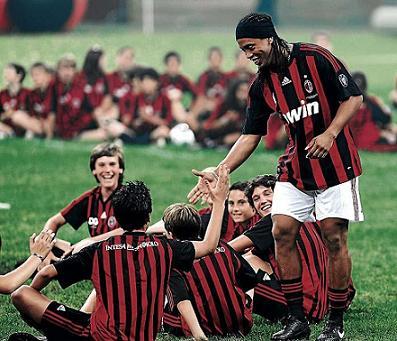 Ronaldinho fue presentando con el Milán