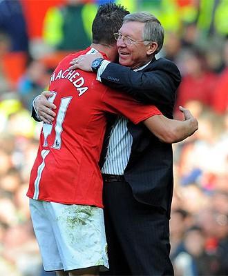 Macheda abrazado por Alex Ferguson
