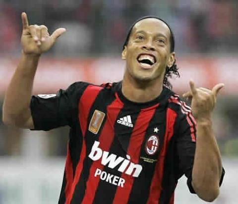 Ronaldinho desmiente su retirada