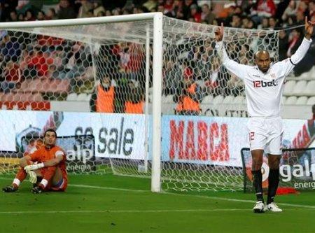 Kanoute celebra el único tanto del Sevilla que bastó para derrotar al Sporting