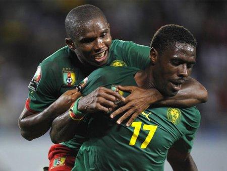 Samuel Eto'o abraza a su compañero celebrando un tanto de Camerún