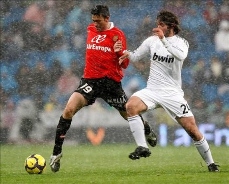 Granero y Martí pelean un balón bajo la nieve que caía en Madrid