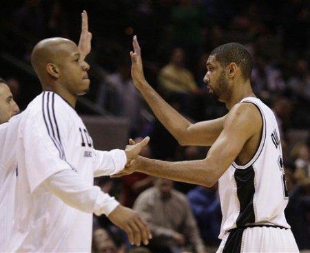 Los jugadores de los Spurs felicitan a Duncan tras conseguir su punto número 20 mil