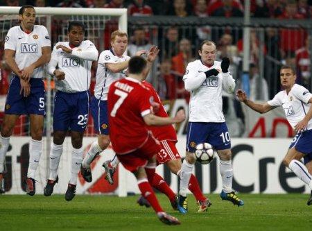 Momento en el que Ribery lanza la falta que supondría el gol del empate ante el Manchester United