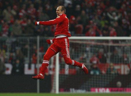 Arjen Robben logró un doblete ante el Friburgo para que el Bayern Munich siga de líder