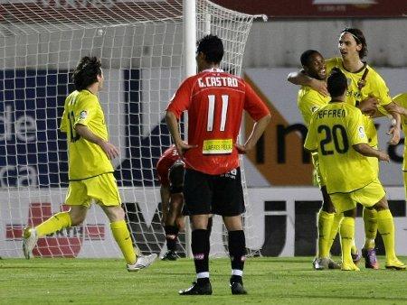 Ibrahimovic recibe los abrazos de sus compañeros tras marcarle al Mallorca