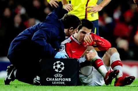 Cesc Fabregas se lesiono ante el Barça