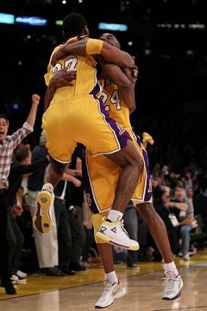 Artest celebra el triunfo con Bryant
