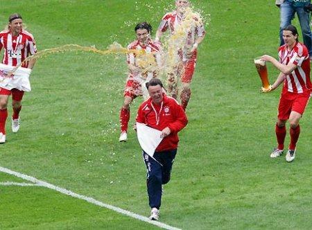 Los jugadores del Bayern Munich bañan en cerveza a Louis Van Gaal