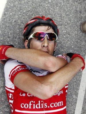 Damien Monier llegó a meta completamente exhausto y tuvo que tomar aire en el suelo