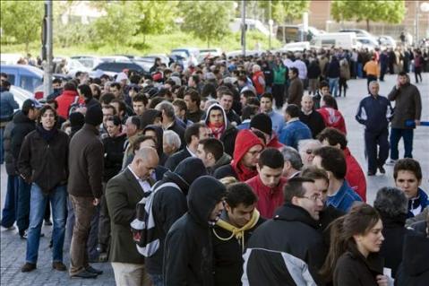 Colas para conseguir entradas para el  Atletico Madrid - Fulham