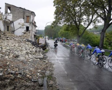 Los restos del terremoto que sacudió Italia aún perduran por las carreteras por las que pasa el Giro