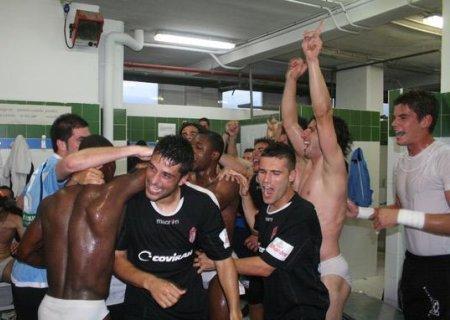 Los jugadores del Granada celebran en el vestuario el ascenso del conjunto andaluz a Segunda División