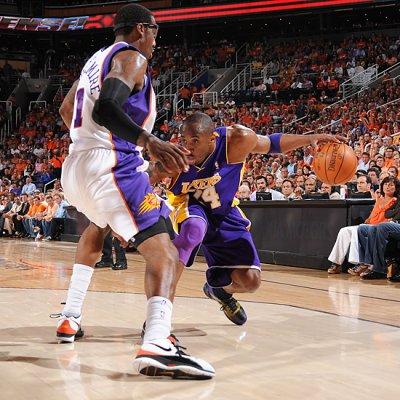 Kobe Bryant no puede superar la defensa de Amare Stoudamire