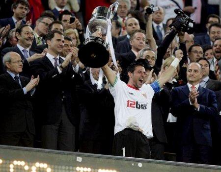 El capitán del Sevilla Andrés Palop recibe de manos del Príncipe Felipe la Copa del Rey