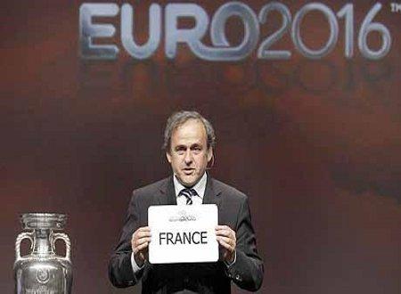 Michel Platini muestra la tarjeta que designa a Francia como sede de la Eurocopa de 2016