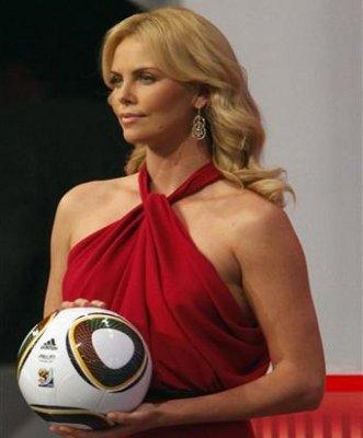 la actriz sudáfricana Charlize Theron fue una de las elegidas para presentar el balón Jabulani