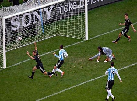Muller de cabeza abrió el camino de la contudente victoria de Alemania sobre Argentina