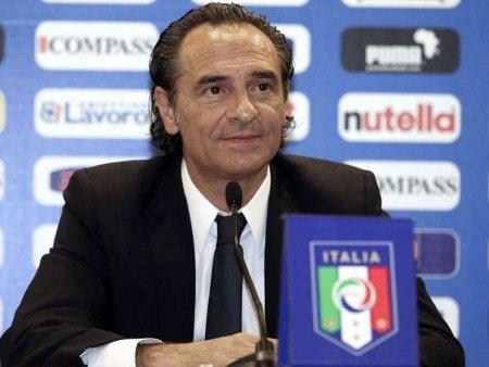 El técnico Cesare Prandelli tiene la difícil misión de levantar la moral a la selección de Italia