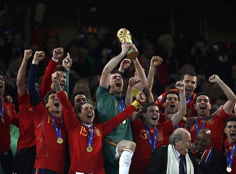 Iker Casillas levanta la Copa de Campeones del Mundo