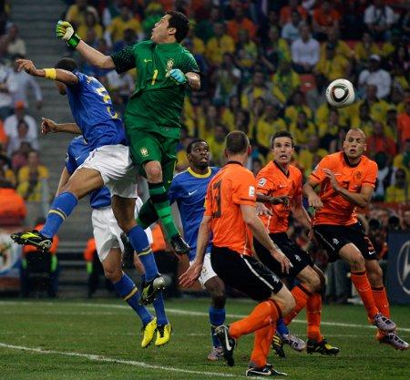 Julio Cesar se tragó el balón y Holanda terminó eliminado a Brasil