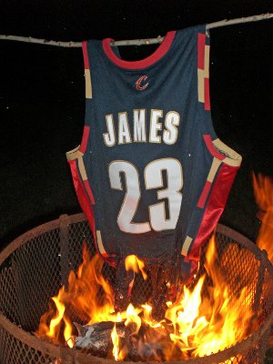 Camiseta quemada de Lebron James en Cleveland