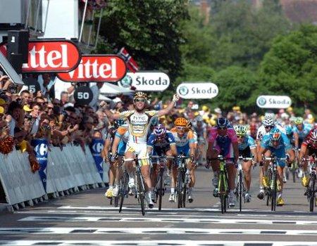 Mark Cavendish repite triunfo al sprint en la meta de Gueugnon