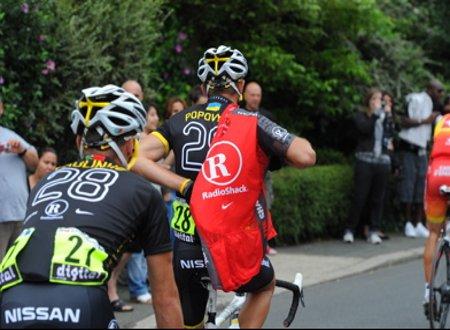 Dos ciclistas cambian sus maillots de Radioshack por los de Livestrong