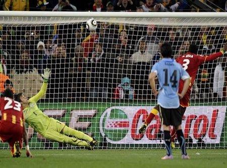 Momento en el que Gyan falla el penalty con el que hubiera derrotado Ghana a Uruguay