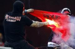 La UEFA castiga y amenaza a la selección de Serbia por los incidentes que protagonizaron los ultras