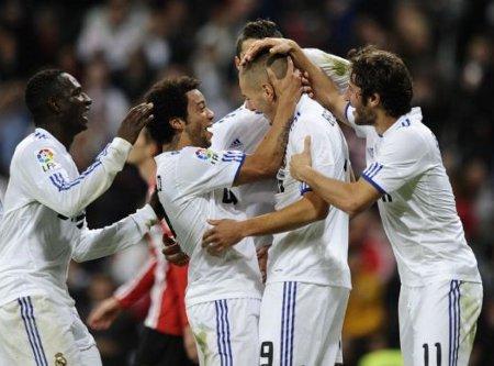 Benzema celebró su gol con todos sus compañeros