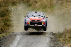 Rally de Gran Bretaña: Loeb y Solberg se jugarán el triunfo tras el abandono de Ogier por accidente