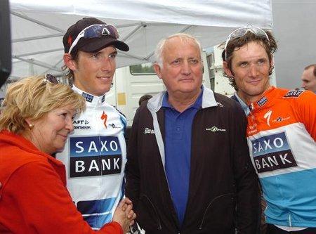 Frank y Andy Schleck posan con sus orgullosos padres