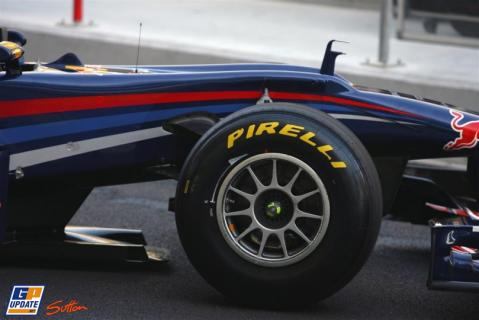 El Red Bull ya monta los nuevos Pirelli