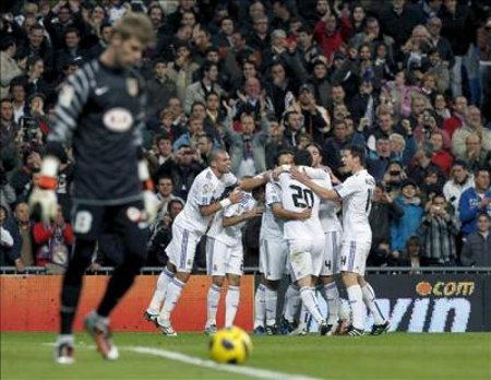 Los jugadores del Real Madrid hacen piña para celebrar el gol