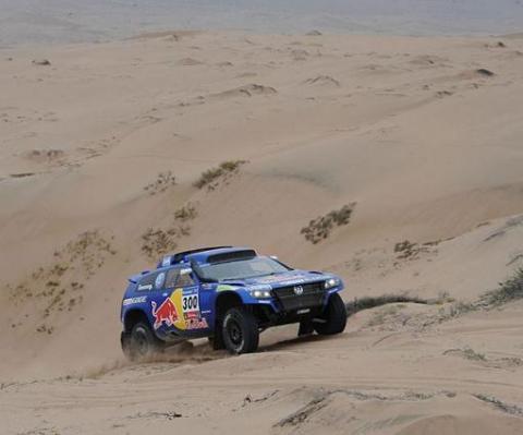 Dakar 2011 Etapa 9: Carlos Sainz gana la especial y recorta dos minutos sobre Nasser Al-Attiyah