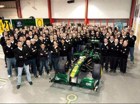 El equipo Team Lotus al completo junto a su monoplaza